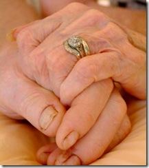 les-mains-de-personnes-agees-illustration_18707_w560
